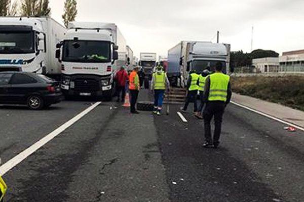 Bloqués par les gilets jaunes depuis dimanche soir à Narbonne, les routiers patientent dans des conditions de vie difficiles.