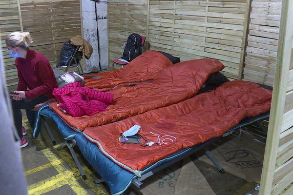 De petites chambrées de quatre lits ont été aménagées dans un des hangars de Darwin à Bordeaux.