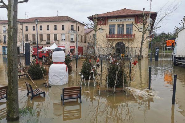 À Tartas, les décorations de Noël ont les pieds dans l'eau avec la crue de la Midouze, ce jeudi 31 décembre.