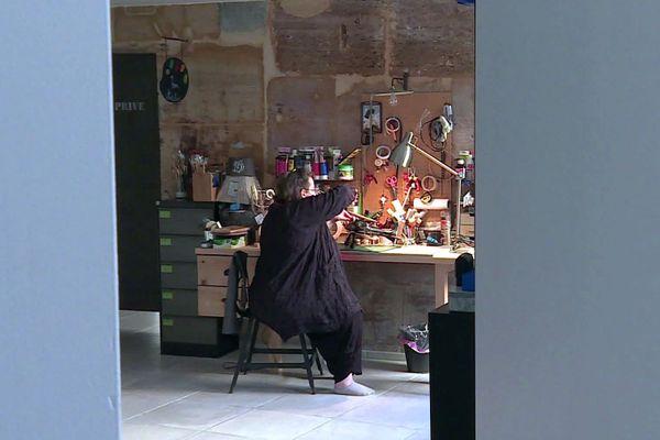 """Rachel Claquin dans son atelier, """"l'atelier barisien"""", c'est son nom."""