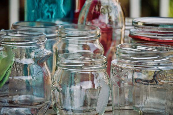 Les bocaux en verre avec couvercle à vis sont réutilisables, avant de penser à leur recyclage