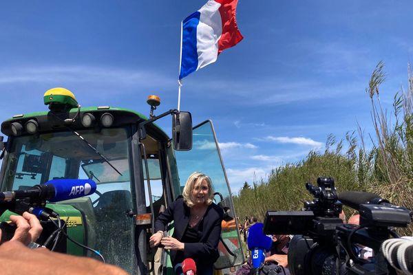Marine le Pen est arrivée à bord d'un tracteur à Saint-Gilles