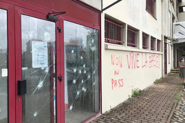 32 impacts de boules de pétanque sur les portes-vitrées et des tags sur le mur ont été découverts à l'Ordre des infirmiers d'Occitanie à Toulouse (Haute-Garonne) ce vendredi 6 août dans la matinée.