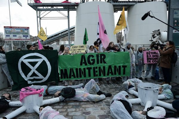 Des militants d'Extinction Rebellion bloque deux sites des cimentiers Lafarge et Cemex le 17 évrier 2020 à Paris.