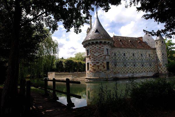 Le château de Saint-Germain-de-Livet (Calvados) est remarquable pour sa façade de briques et pierres de Caen alternées.
