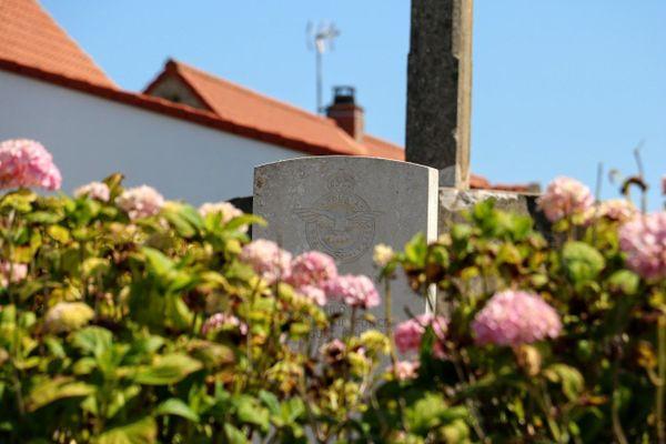 La pierre tombale du pilote britannique Michael Keymer à Bazinghen.