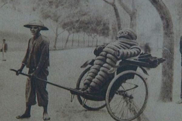 Cette carte postale des années 1920-1930 est le symbole de la domination française en Indochine. Dans les plantations d'hévéa de Michelin, 6000 coolies vont défricher des milliers d'hectares de forêts, afin de récolter cette matière première stratégique.