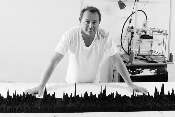 Gilles Azzaro devant son oeuvre 3D