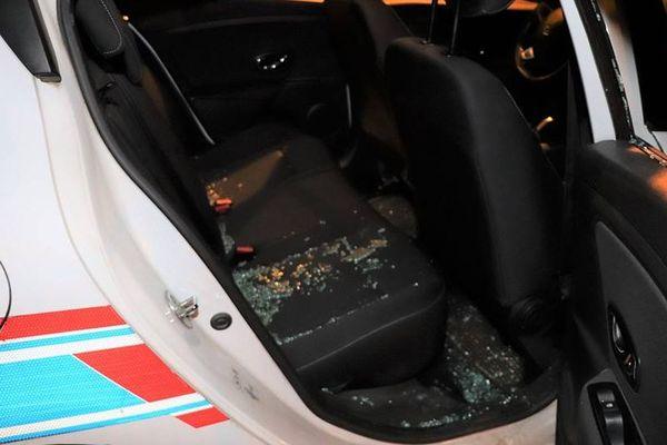 La vitre arrière du véhicule de la police municipale a été brisée pendant l'intervention