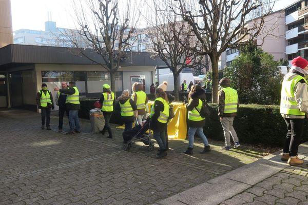 Ce jeudi matin 14 février 2019, des gilets jaunes se sont présentés devant l'agence de Thonon du Dauphiné Libéré.