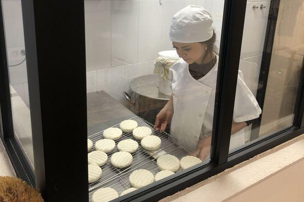 Camille Dorsemans dans sa laiterie au restaurant Pour de bon.
