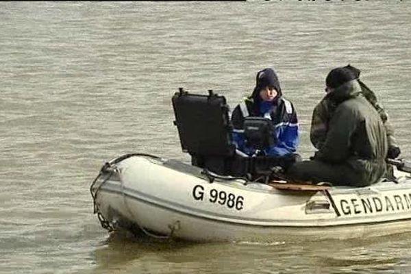 Des gendarmes ont sondé l'étang du Plessis à Montceau-les-Mines, en Saône-et-Loire, dans le cadre de l'enquête sur la disparition de Sophie Zizzutto et ses deux enfants de 3 et 7 ans.