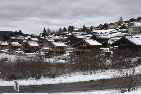 Le secteur de la Rayée, à proximité des pistes de ski, est particulièrement impacté par la construction de chalets de tourisme.