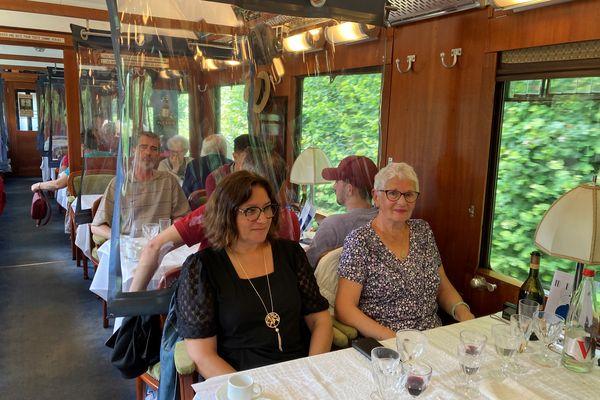 A l'intérieur du train restaurant du Chemin de Fer de la Vendée