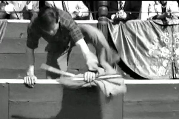 """Pour les besoins du film de Pedro Lazaga """"Aprendiendo a morio"""", Manuel Benítez a refait l'espontaneo historique du 28 avril 1957."""