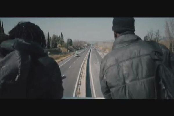 """Dans le clip de la chanson '""""ouvre la porte"""", des réfugiés jouent leur propre rôle."""