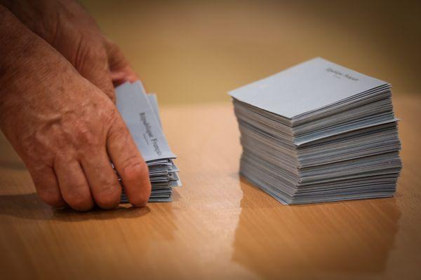 L'Ardèche peut-elle passer du rose au bleu ? Ce bastion de la Gauche depuis 23 ans a vu la Droite virer en tête le 20 juin 2021 lors du premier tour des élections départementales.