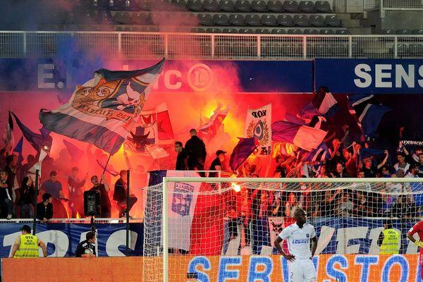 Des fumigènes utilisés par les supporters de l'AJ Auxerre, le 30 septembre 2017
