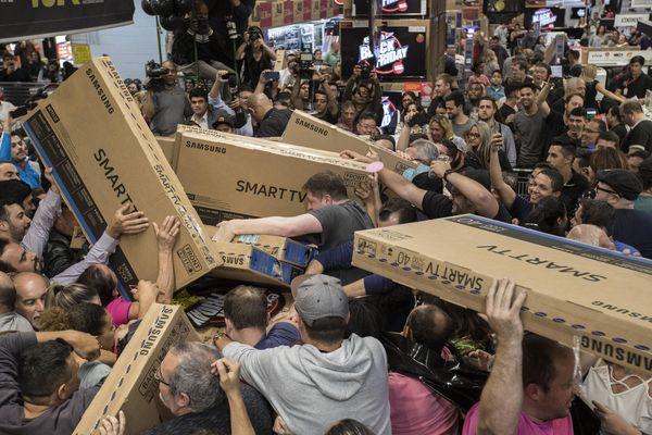 Apocalypse, novembre 2017. Des dizaines de consommateurs brésiliens se jettent sur des écrans de télévision, vendus à prix cassés à l'occasion du « Black Friday ».