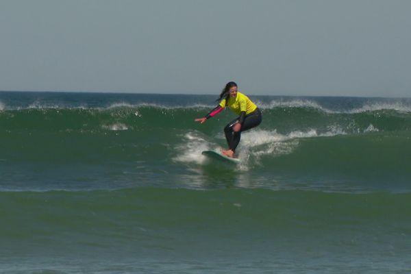 Une surfeuse goûte aux joies de la glisse, à la pointe de la Torche, Plomeur (29).