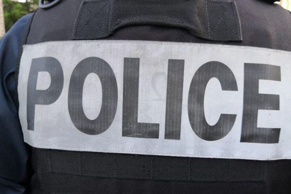 les forces de l'ordre ont découvert sur le balcon d'un appartement non habité, de nombreux objets pouvant servir de projectiles comme des pierres, des bouteilles de verres ou encore des antivols de motos. les objets découverts ont tous été saisis.