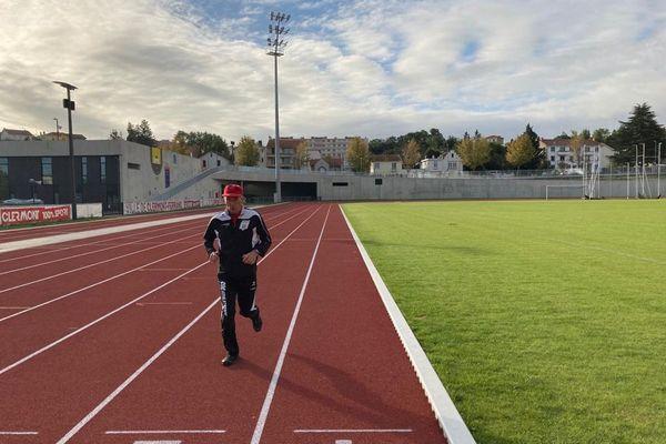 André Lacour court tous les jours sur la piste du stade Philippe-Marcombes de Clermont-Ferrand.