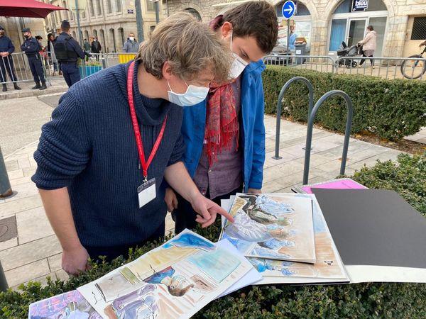 Valentin Pasquier (à droite) est dessinateur de presse au procès Daval pour France Télévisions