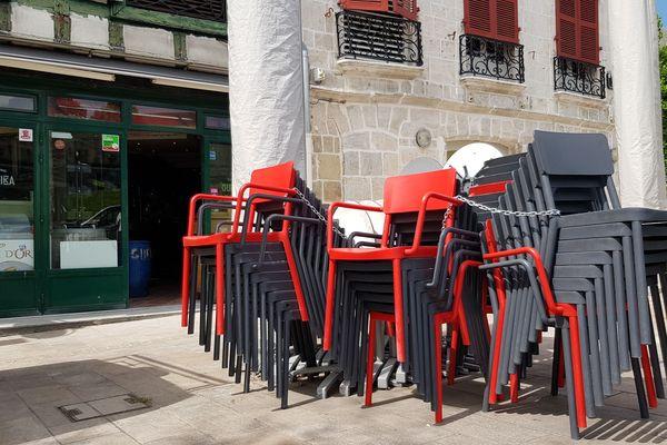 Au Guernika, les chaises attendent leur libération pour accueillir les clients !