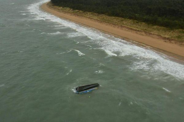 La coque retournée du Yéti le long de la côte est de l'île d'Oléron (Charente-Maritime)
