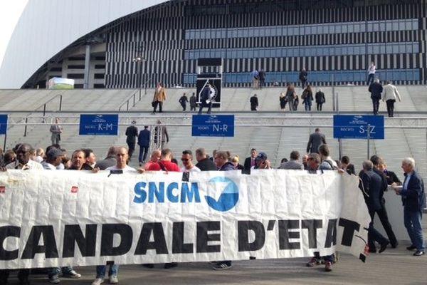 Les manifestants veulent faire entendre leurs revendications devant le stade Vélodrome, inauguré officiellement aujourd'hui