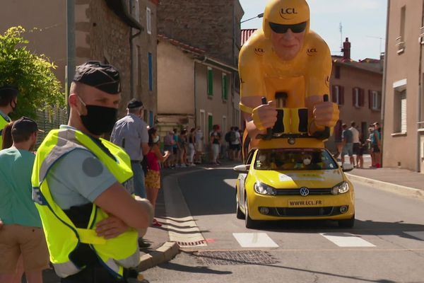 Samedi 12 septembre, la caravane du Tour dans les Monts du Lyonnais. Quand le Tour de France passe par le département du Rhône, ce sont les gendarmes qui assurent la sécurité... A Lyon, les policiers prennent le relais.