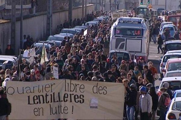 Près de cinq cents personnes ont défilé dans Dijon samedi 8 mars 2014 pour dénoncer le projet de construction d'un écoquartier sur le site du jardin collectif des Lentillères