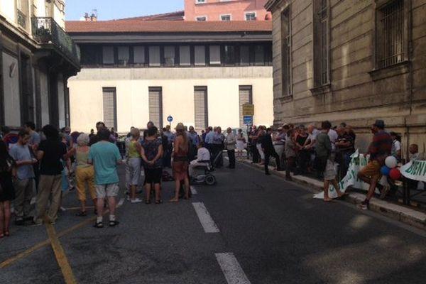 Les manifestants devant le tribunal administratif de Grenoble