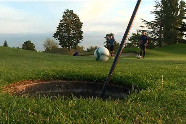 Venu de Hollande où il a été créé en 2009, le foot-golf se joue sur un green et utilise les mêmes règles que le golf... La balle est remplacé par un ballon.