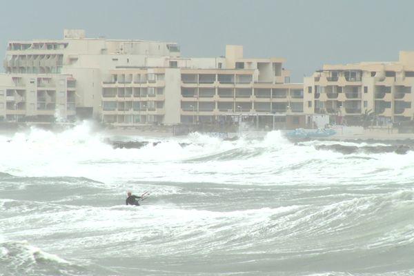 Des rafales de vents jusqu' à 80 km/h créent une forte houle sur le littoral Héraultais  - Palavas-les-Flots - 3 octobre 2021