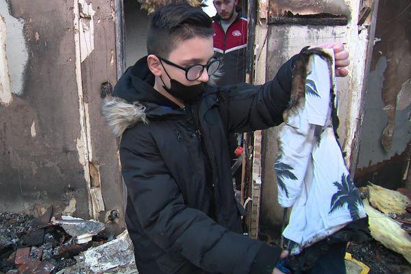 Kilian, qui a donné l'alerte le soir de l'incendie, recherche dans les cendres du pavillon ses derniers cadeaux de Noël.