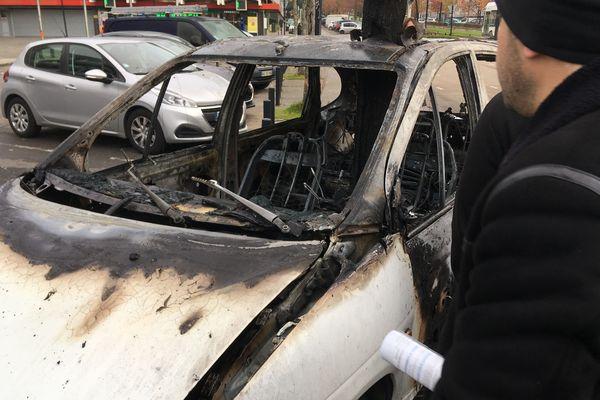 La voiture de Mémé Rodéo après l'incendie qui l'a ravagée dans la nuit du 19 au 20 novembre 2019