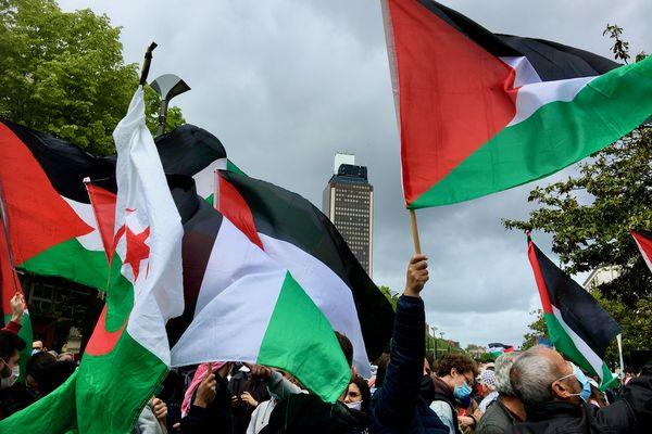 Les drapeaux palestiniens au grand vent nantais à l'appel des organisations des Droits de l'Homme.