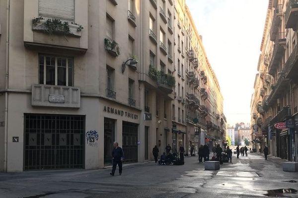 Samedi matin, rue Victor Hugo, le calme est revenu... la rue a été nettoyée. La veille, un individu a fait explosé un colis piégé devant une boulangerie de cette artère passante et commerçante. Bilan : 13 blessés légers.