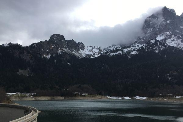 le lac de Bious, au pied du pic du midi d'Ossau