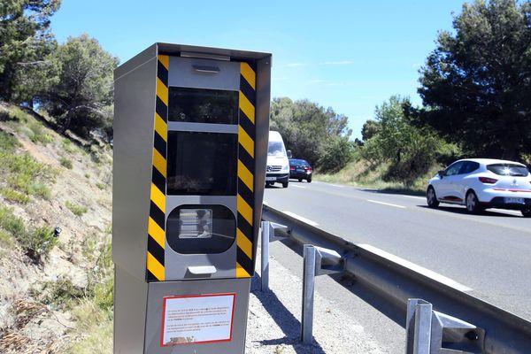 """Cinq cents nouveaux """"vrais"""" radars et plus de 10.000 leurres, les premiers en France, vont être installés sur les routes françaises dans les trois ans qui viennent."""