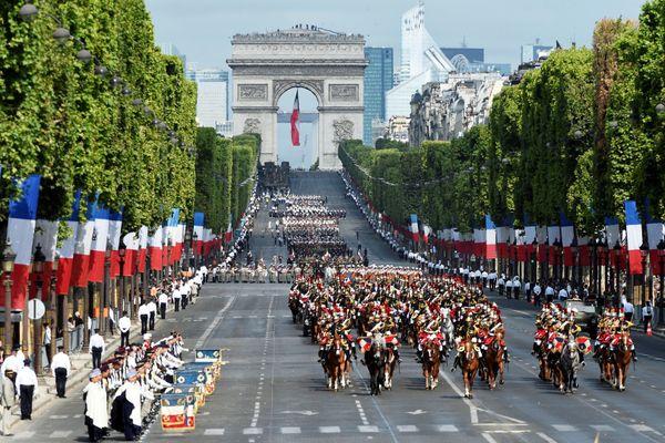 Les troupes françaises défilant sur les Champs-Elysées lors du défilé du 14 juillet 2015 à Paris.