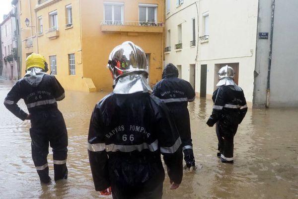 Saint-Paul-de-Fenouillet (Pyrénées-Orientales) - les pompiers en reconnaissance dans les rues inondées par la crue de l'Agly - 22 janvier 2020.