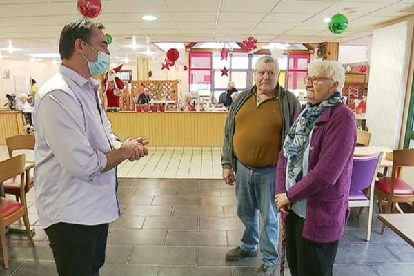 David Guével, directeur d'un Ehpad à Ploudalmezeau échange avec des résidents, Marie-Renée et Denis, à propos de la vaccination contre la Covid-19