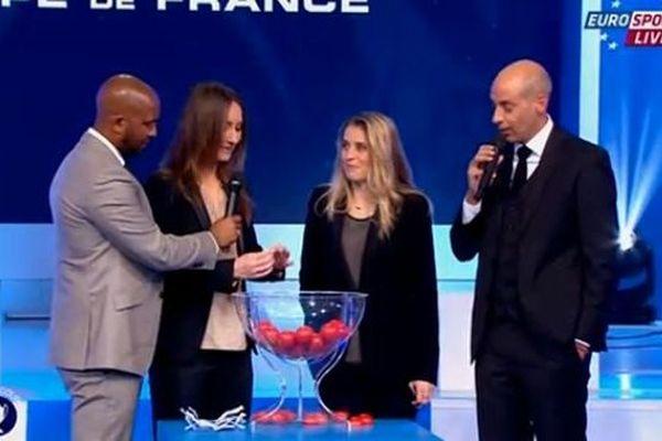 Le tirage a été effectué par deux joueuses de foot, Gaétane Thiney et Candice Prévost.