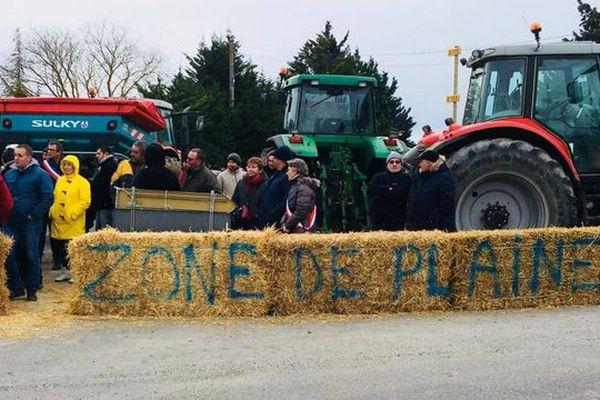 Les agriculteurs de l'Aude sont en colère contre la carte des zones défavorisées dévoilée par le ministère. Elle exclue la zone de la Piège. Ils ont manifesté vendredi et depuis dimanche, la petite commune de Villautou est à vendre ! Et les autres vont suivre.