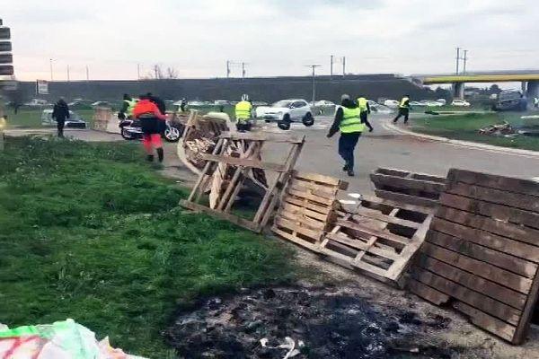 La tension se tend sur les barrages des gilets jaunes. A Aimargues, près de Nîmes, une voiture a forcé le dispositif des gilets jaunes. Une personne a été légèrement blessée.