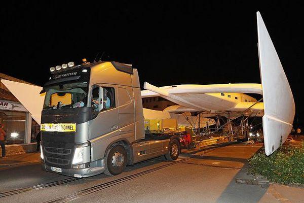 Energy Observer transporté à Saint-Malo, le 31 août de nuit