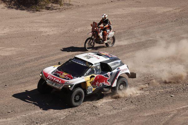 La Peugeot de Sébastien Loeb sur la 10e étape entre Chilecito and San Juan.