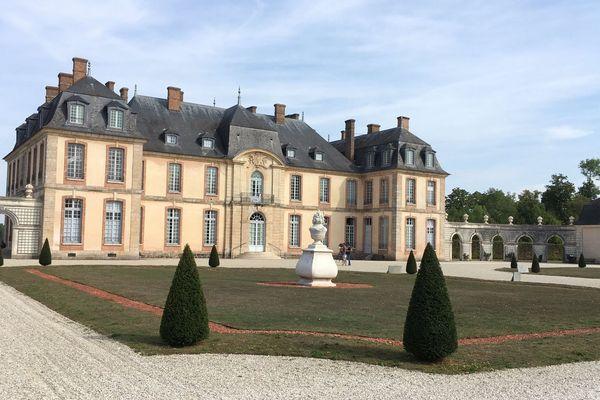 Vue côté jardin du château de la Motte-Tilly (Aube).